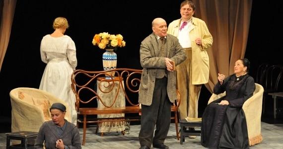 """Szene 1 aus dem Theaterstück """"Onkel Wanja"""" des Theater Mossovet in Deutschland"""