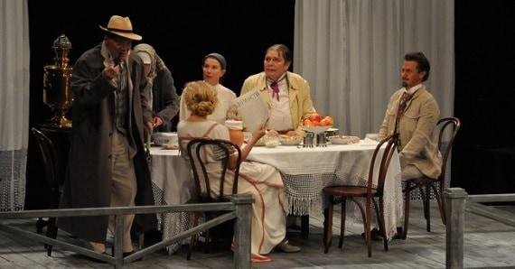 """Szene 2 aus dem Theaterstück """"Onkel Wanja"""" des Theater Mossovet in Deutschland"""