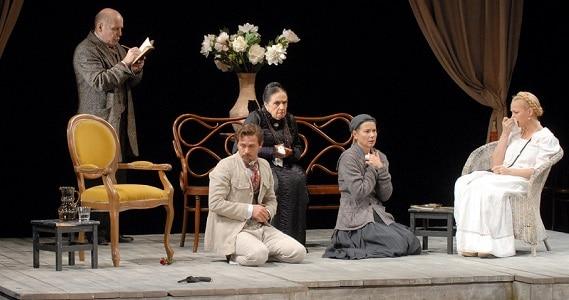 """Szene 4 aus dem Theaterstück """"Onkel Wanja"""" des Theater Mossovet in Deutschland"""