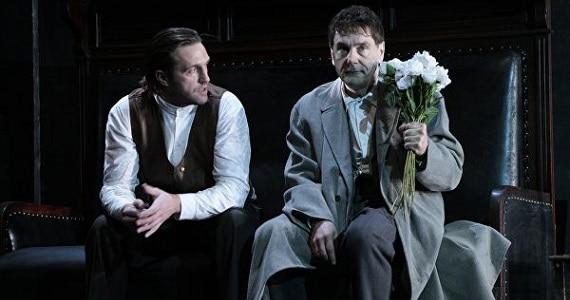 """Szene 2 aus dem Theaterstück """"Onkel Wanja"""" des Theater Vakhtangov in Deutschland, Schauspieler Makovetsky und Vdovichenkov"""
