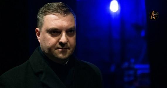 """Der Schauspieler Ruslan Bankovsky spielt in der Truppe des Moskauer modernen kunsttheaters in dem Stück """"Semeyka Fani"""""""