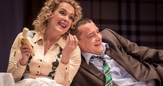 """Szene 1 aus dem Stück """"Unvollendeter Roman"""" mit den russischen Schauspielern Maria Poroshina und Yaroslav Boyko"""