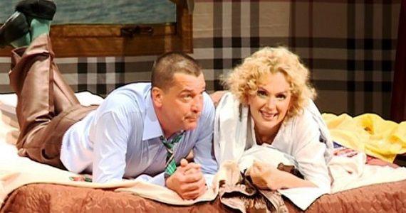 """Szene 2 aus dem Stück """"Unvollendeter Roman"""" mit den russischen Schauspielern Maria Poroshina und Yaroslav Boyko"""
