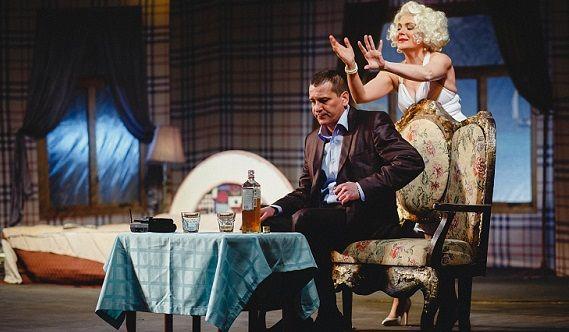 """Szene 3 aus dem Stück """"Unvollendeter Roman"""" mit den russischen Schauspielern Maria Poroshina und Yaroslav Boyko"""