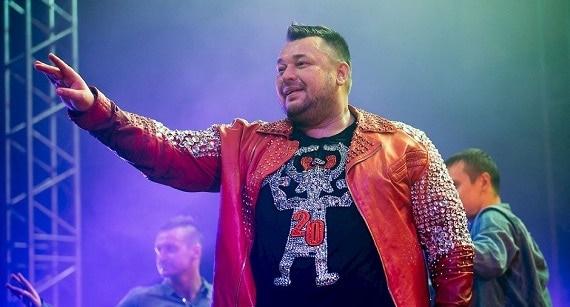 """Seit 2006 tritt der russische Sänger Sergey Zhukov alleine unter dem offiziellen Namen der Band """"Ruki Vverh"""" auf"""