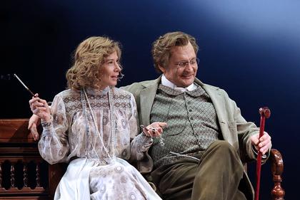 """Szene 5 aus dem Stück """"Der Kirschgarten"""" von Anton Tschechow mit Schauspielern des Mossovet Theaters Julia Vysotskaya und Alexander Domogarov"""