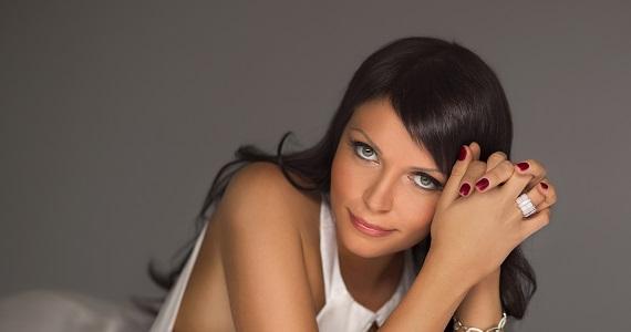 Sveta, eine russische Sängerin, Songwriterin und Performerin, wird am Konzert der Superdiskoteka der 90er Jahre von Radio Record in Deutschland teilnehmen