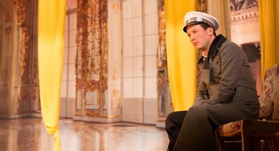 """Schauspieler Dmitry Mazurov in der Rolle von Alexey Vronsky in dem Stück """"Anna Karenina"""" des Moskauer modernen kunsttheaters nach dem Roman von Leo Tolstoi"""