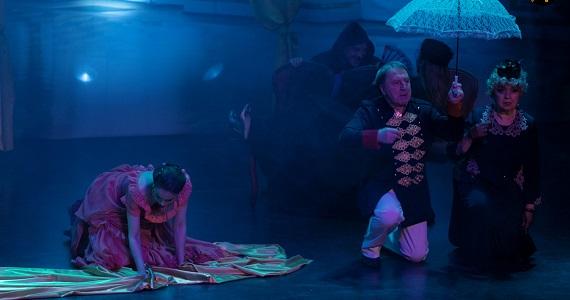 """Szene 4 aus dem Stück """"Anna Karenina"""" nach dem Roman von Leo Tolstoi vom Moskauer modernen kunsttheaters, Sie können Tickets auf der Website kaufen"""