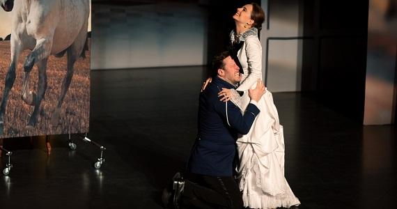 """Szene 5 aus dem Stück """"Anna Karenina"""" nach dem Roman von Leo Tolstoi vom Moskauer modernen kunsttheaters, Schauspieler Dmitry Mazurov und Yana Naumenko"""