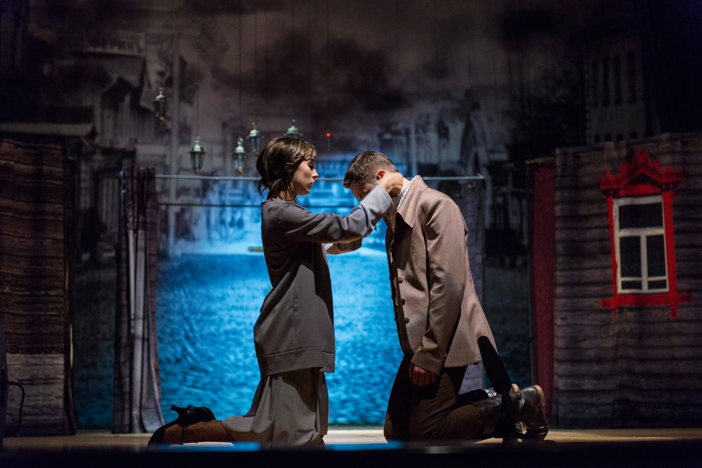 """Szene 9 aus dem Stück """"RaskolnikOFF"""" nach Dostojewskis Roman """"Schuld und Sühne"""" unter der Regie des Moskauer modernen kunsttheaters"""