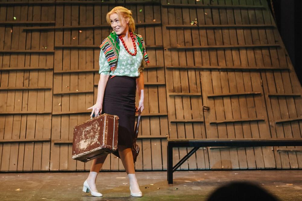 """Szene 1 aus dem Stück """"Kalina Krasnaya"""" basierend auf der Geschichte von Vasily Shukshin; Premiere in Deutschland im Oktober 2022 mit Maria Shukshina"""