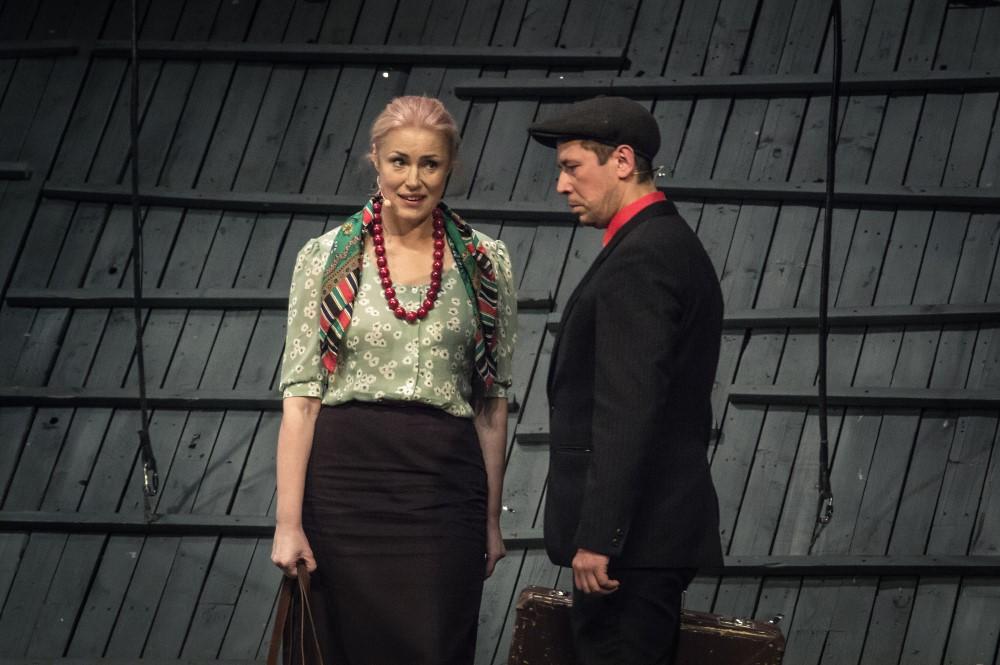 """Szene 3 aus dem Stück """"Kalina Krasnaya"""" basierend auf der Geschichte von Vasily Shukshin; die Hauptrollen spielen Maria Shukshina und Andrey Merzlikin"""