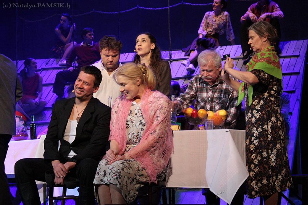 """Szene 5 aus dem Stück """"Kalina Krasnaya"""" basierend auf der Filmerzählung von Shukshin, Premiere in Deutschland findet im Oktober 2022 statt"""