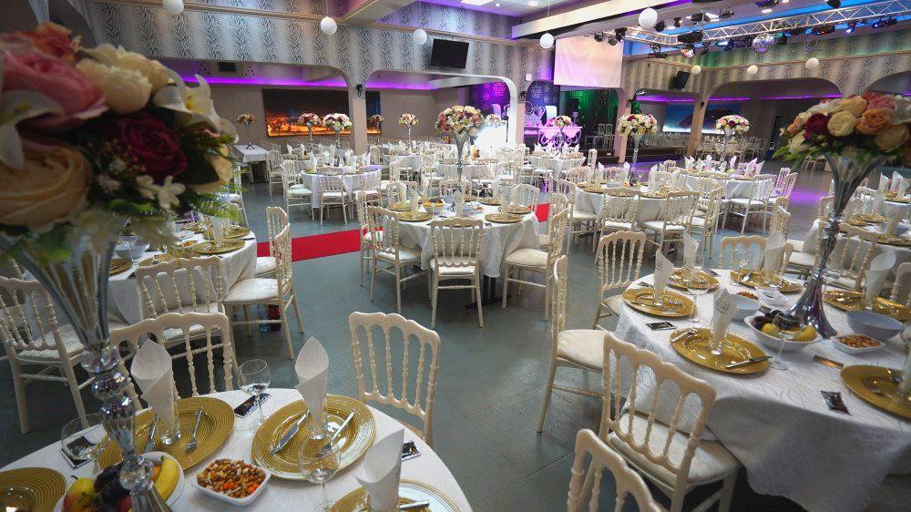 """Foto von 2 Restaurant """"Festsaal"""", Vorbereitung der Tische für die Gäste der Show """"Neujahr 2021 im Stil des sowjetischen Kinos"""" 31. Dezember 2020"""