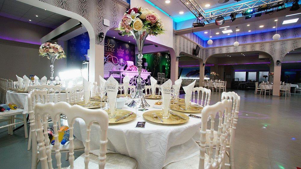 """Foto 6, die luxuriöse Dekoration des Festsaal-Restaurants verleiht den Gästen der Party """"Neujahr 2021 im Stil des sowjetischen Kinos"""" eine festliche Stimmung"""