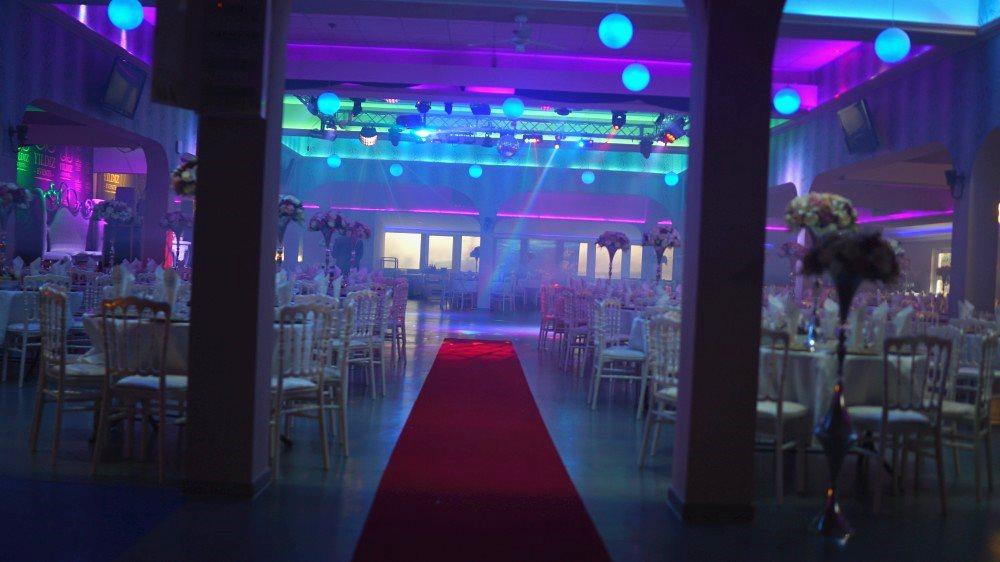 """Foto 7, die festliche Dekoration des """"Festsaal"""" verleiht den Gästen der Neujahrsparty 2021 im Stil des sowjetischen Kinos eine feierliche und gemütliche Atmosphäre"""