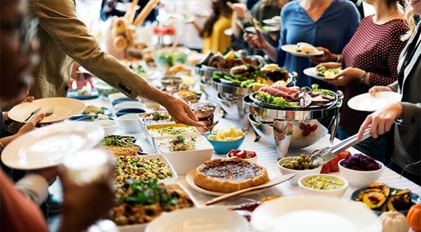 """Salate für den festlichen Tisch im Restaurant Festsaal in Rödermark für Gäste der Show """"Neujahr 2021 im Stil des sowjetischen Kinos"""" in Deutschland am 31. Dezember 2020"""
