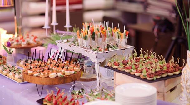 """Snacks für den festlichen Tisch im Restaurant Festsaal in Rödermark für die Gäste der Show """"Neujahr 2021 im Stil des sowjetischen Kinos"""" in Deutschland am 31. Dezember 2020"""