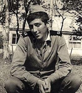 Grigory Leps diente in einem Militärensemble im fernen Chabarowsk, wo er Schlagzeug spielte und patriotische Lieder sang.