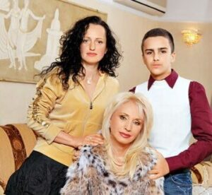 Irina Allegrova mit ihrer Tochter Lala und ihrem Enkel Alexander, benannt nach ihrem Großvater