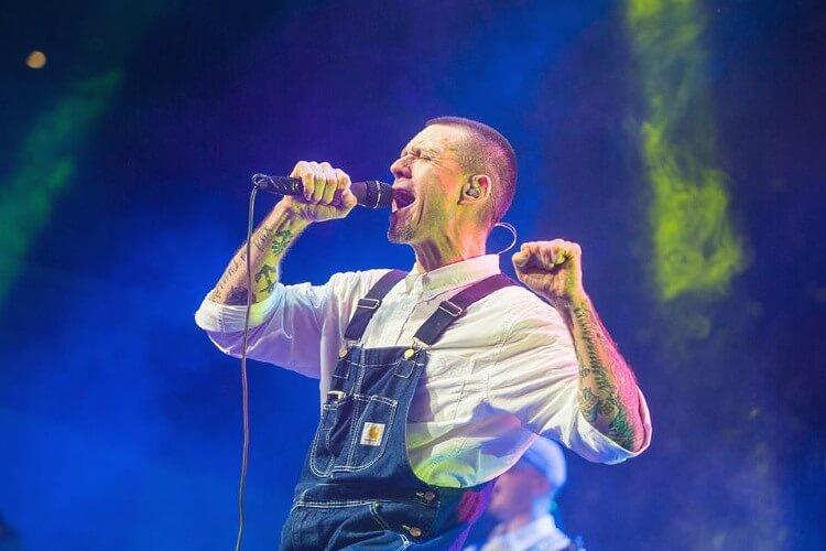Sergei Mikhalok, Leiter der Rockband Ljapis 98, die beliebte Ljapis Trubetskoy-Hits der 1990er und frühen 2000er Jahre aufführt