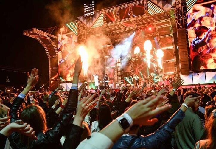 Der Auftritt des NILETTO-Sängers wird zur Freude seiner Fans zu einer mitreißenden Show mit choreografischen Nummern