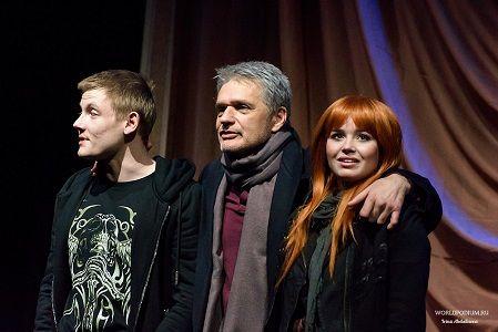 Максим Емельянов, Константин Лавроненко и Полина Гренц в спектакле «Снег в чужом городе»
