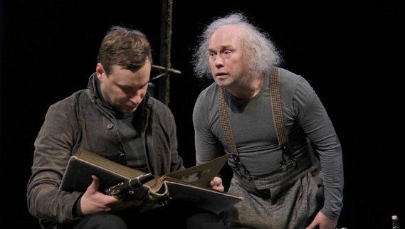 Актеры Сухоруков и Цыганов в сцене из спектакля «Старший сын»