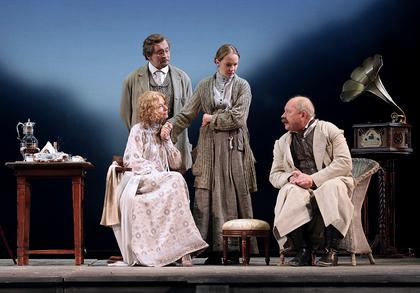 Сцена 1 из спектакля «Вишневый сад», в ролях актеры Театра им. Моссовета