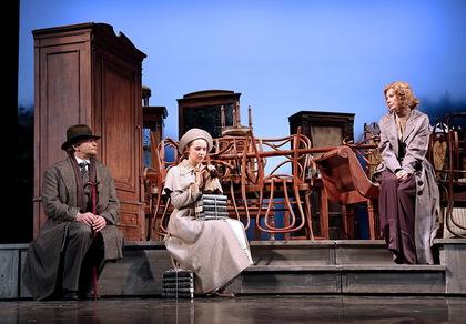 Сцена 2 из спектакля «Вишневый сад», в ролях актеры Театра им. Моссовета