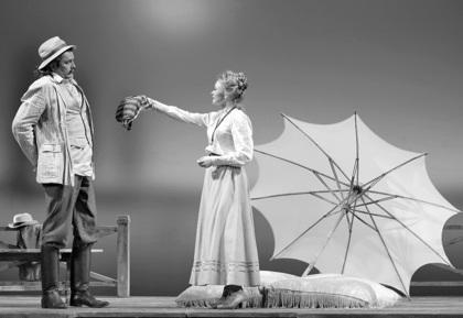 Сцена 3 из спектакля «Вишневый сад», в ролях актеры Театра им. Моссовета