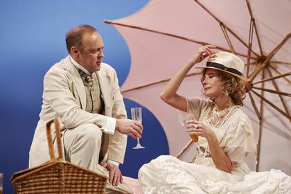 Сцена 4 из спектакля «Вишневый сад», в ролях Юлия Высоцкая и Виталий Кищенко