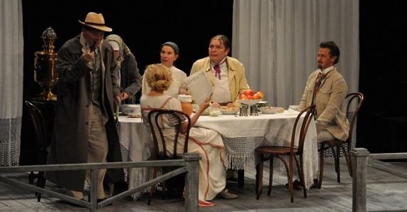 Сцена 2 из спектакля «Дядя Ваня» постановки Театра имени Моссовета в Германии