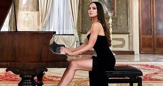 Лола Астанова, виртуозная пианистка из США, впервые приедет Германию на сольные выступления