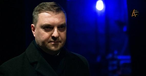 Актер Руслан Банковский, в составе труппы МСХТ играет в спектакле «Семейка Фани»