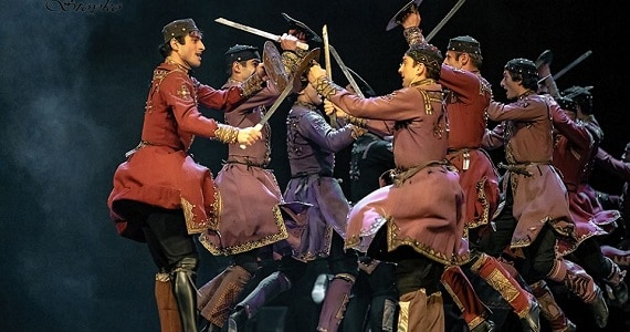 Балет Сухишвили в своих выступлениях эффектно использует традицию танцев с оружием, которую покажет зрителям на концертах в Германии осенью 2020 года