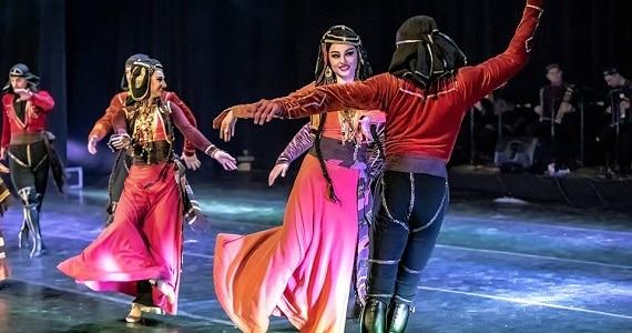 Балет Сухишвили в постановках танцев следует национальным традициям и культуре, а изящные костюмы артистов вызывают интерес к грузинской культуре