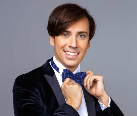 Максим Галкин делает блестящие пародии на звезд шоу-бизнеса, которые поражают точностью перевоплощения и восторженно принимаются зрителями