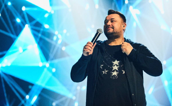 Сергей Жуков, российский певец, с 2006 года продолжает в одиночку выступать под официальным названием коллектива «Руки Вверх!»