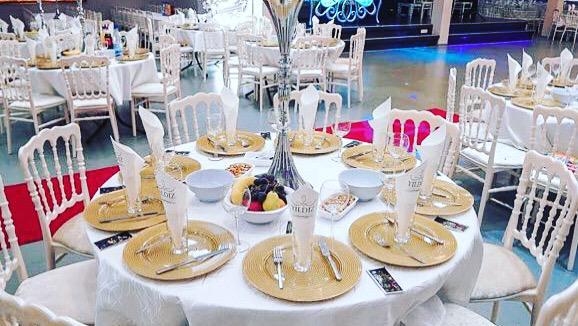 Сервировка столов в зале торжеств «Festsaal» в Rödermark для программы «Новый год 2020 на русский лад» в Германии 31 декабря 2019 года