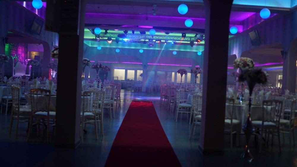 Праздничное оформление зала «Festsaal» в Rödermark погрузит гостей программы «Новый год 2020 на русский лад» в Германии в атмосферу торжества и уюта