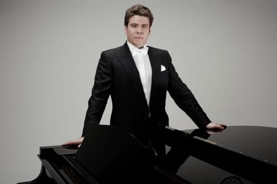 Знаменитый на весь мир российский пианист-виртуоз Денис Мацуев активно гастролирует по странам и континентам, а в конце 2021 года приедет в Германию и Прагу