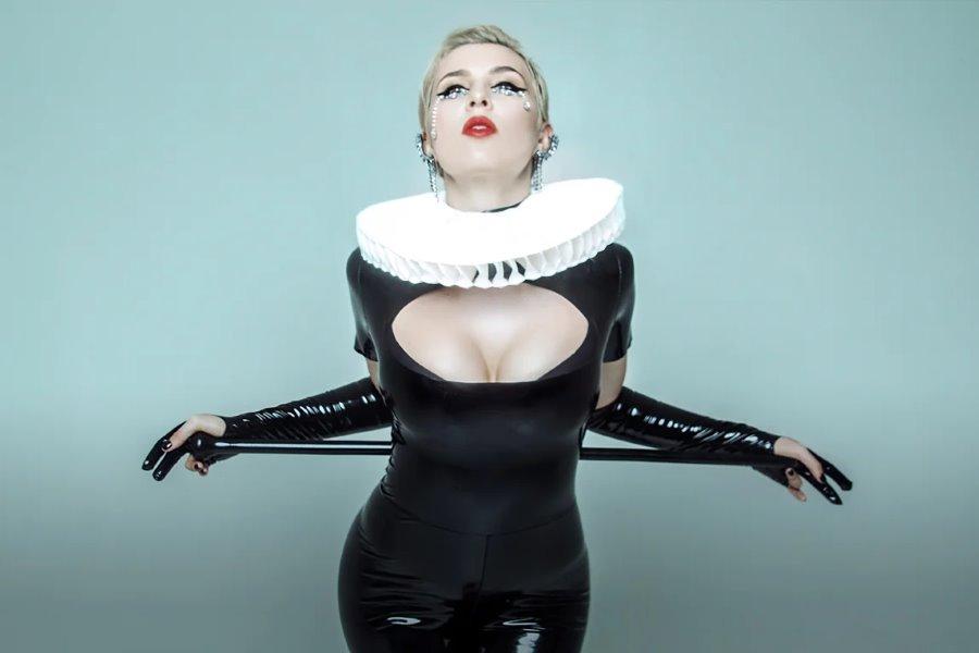 Певица Анна Корсун, Maruv, поразила зрителей проникновенным голосом, профессиональной пластикой и магическим образом женщины-вамп