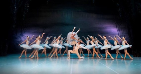 Балет-сказка «Щелкунчик» в исполнении артистов из Санкт-Петербурга предлагает окунуться в царство детских снов и фантазий, ощутить всю прелесть юношеских открытий
