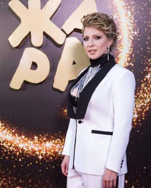 Постоянная ведущая международного музыкального фестиваля ЖАРА актриса Яна Чурикова