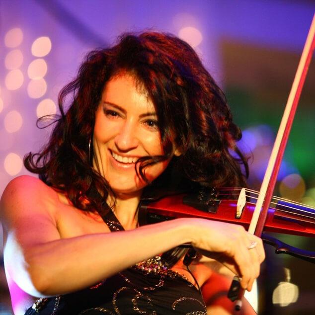 Ana Agre, виртуоз-скрипачка, участница шоу-программы «Новый год 2021 в стиле советского кино» в Германии 31 декабря 2020 года от агентства Artist Production