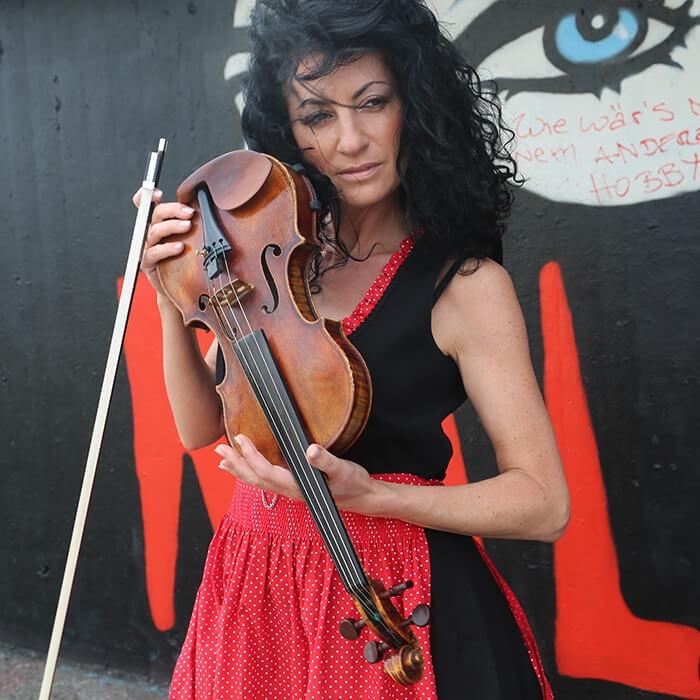 Скрипачка Ana Agre выступит на праздничной ретро-вечеринке «Новый год 2021 в стиле советского кино» в городе Rödermark 31 декабря 2020 года