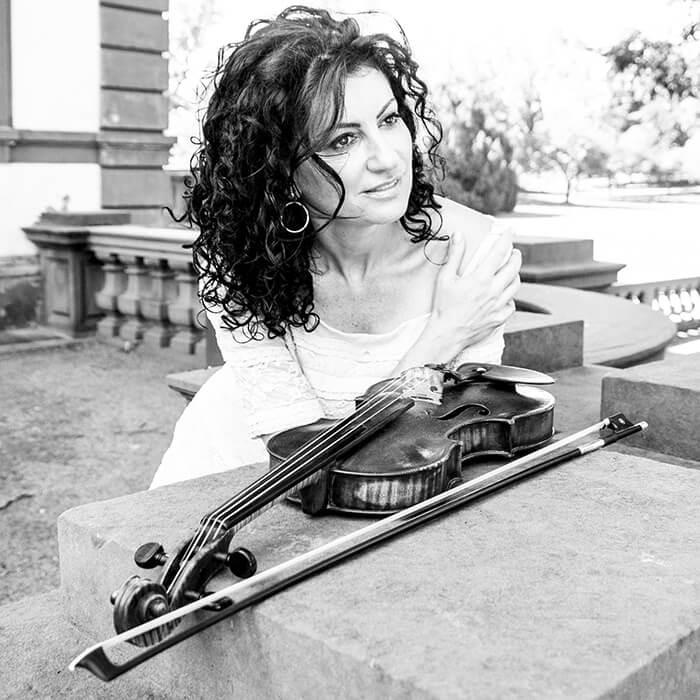 Виртуозная скрипачка Ana Agre в совершенстве владеет языком музыки Ближнего Востока и обладает широким стилистическим диапазоном