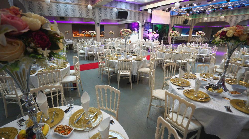 Фото 2 зала торжеств «Festsaal», сервировка столов для гостей шоу «Новый год 2021 в стиле советского кино» в Германии 31 декабря 2020 года